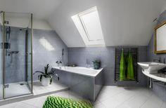 Cuarto de baño en buhardilla con gresite y con ventana