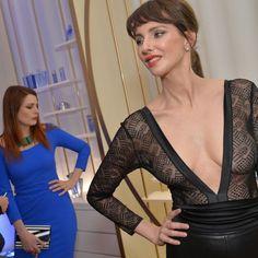Frédérique Bel ultradécolletée pour Mugler face à Miss France et Elodie Frégé
