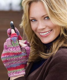 Using Red Heart's variegated Berry Bliss yarn you can get the beautiful look of self Striped Texting Gloves. These fingerless crochet gloves are great for texting, typing at your keyboard or simply making a fashion statement. Crochet Gloves Pattern, Crochet Mittens, Mittens Pattern, Crochet Beanie, Crochet Scarves, Crochet Clothes, Knitting Patterns, Knit Crochet, Afghan Patterns