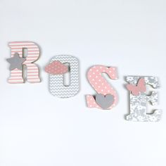 LETTRES EN BOIS ET TISSU IMPRIMÉ POUR CHAMBRE DE FILLE motifs : rose, blanc, gris : Autres par ideecreation