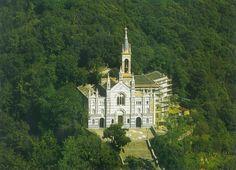 Sulle alture dietro Rapallo, raggiungibile da una strada, un po' stretta, ma che permette di ammirare un panorama incantevole, si può raggiungere il Santuario di Montallegro.