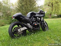 Nico souhaitait nous présenter sa Yamaha 600 Fazer, voici son petit mot et ses photos : «Salut, Je viens de finir ma brèle, sur base de 600 Fazer de 2001 dénichée il y a 2 mois. Depuis quelques années j'avais envie d'un cafe-racer, mais comme je n'avais pas les moyens de m'offrir la bécane de …