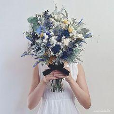 ❄︎*. blue-navy×white natural elegant bouquet. オーダーいただいた、イエローがアクセントのクラッチブーケ。 花嫁さまそれぞれの個性に出逢えるオーダーメイド。 自分ではなかなか思いつかないデザインをつくれる、新発見の楽しみがあります . . . #ブーケ #ウェディングブーケ #ブライダルブーケ #クラッチブーケ #フラワーアレンジメント #ドライフラワーブーケ #ブートニア #ハンドメイド #オーダーメイド #インテリア雑貨 #結婚式準備 #ドライフラワー #ドライフラワーのある暮らし #プリザーブドフラワー #花のある暮らし #アーティフィシャルフラワー #プレ花嫁 #日本中のプレ花嫁さんと繋がりたい #全国のプレ花嫁さんと繋がりたい #ウェディングドレス #結婚式 #ガーデンウェディング #ラスティックウェディング #スワッグ #bouquet #minne #2018春婚 #2017秋婚 #2017冬婚 #atelier_mimi_camomille