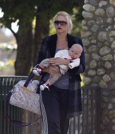 Gwen Stefani wearing a printed tote. What do you think?