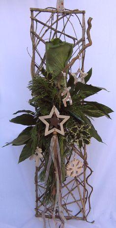 Bloemschikken Rosalie Background of twigs Christmas Wood, Christmas Time, Christmas Wreaths, Christmas Crafts, Christmas Flower Arrangements, Modern Flower Arrangements, Deco Floral, Arte Floral, Ikebana