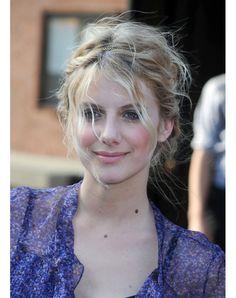 Le chignon bohème http://www.glamourparis.com/beaute/hair-academy/diaporama/50-coiffures-retros-a-adopter/7159#!le-chignon-boheme