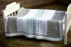 Wiegdekentje haken als kraamkado, een uniek cadeau - Breiclub.nl Crochet Home, Crochet Baby, Crochet Decoration, Knitted Afghans, Crochet Cushions, Chrochet, Ibiza, Diy And Crafts, Baby Kids