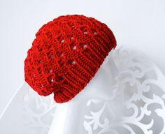 Hier siehst Du ein Modell aus meiner neuen Winterkollektion. Sehr schöne Strickmütze mit originellem Muster.  JESSIE hier hat eine leuchtende rote Far