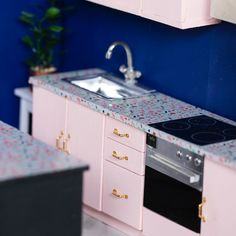 DIY Tiny Kitchen Cabinets and Island It's true what they say… the best things come in small packages. Even kitchens. Barbie Dolls Diy, Barbie Doll House, Barbie Clothes, Barbie House Furniture, Doll Furniture, Modern Dollhouse Furniture, Furniture Board, Miniature Furniture, Mini Kitchen