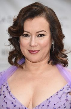 Jennifer Tilly Short Wavy Cut - Jennifer Tilly styled her hair with sweet waves for the American Ballet Theatre Diamond Jubilee Spring Gala. Short Curls, Short Wavy, Short Curly Hair, Curly Hair Styles, Long Wavy Haircuts, Wavy Bob Hairstyles, Lob Hairstyle, Short Hair For Chubby Faces, Square Face Hairstyles
