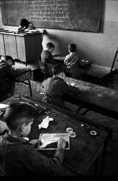 """Cours de dessin, Montreuil sous Bois, 1958. """"J' étais tout le temps avec les enfants car j'étais responsable de la classe d'expérience, et d..."""