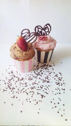 STRIPEDCAKES :) Panna Cotta, Place Cards, Place Card Holders, Cupcakes, Ethnic Recipes, Food, Dulce De Leche, Meal, Cupcake