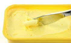 A margarina foi criada no século XIX como um substituto mais barato (e mais saudável) que a manteiga.Quando surgiu, era uma mistura de sebo de vaca, leite desnatado, partes menos nobres do porco e da vaca e bicarbonato de sódio.