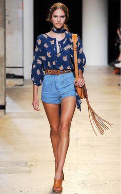 shorts denin,blusa seda en azul, accesorios color marrón  zuela, combinación segura. para no fallar