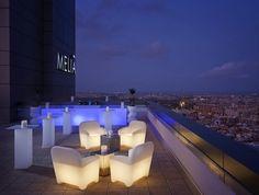 La decoración de esta terraza forma parte de la colección de mobiliario de exterior Modum.  Quizá el elemento más llamativo de la terraza sea el sillón de una plaza Panamá (ref. POLCO78) construido en polietileno de color blanco opal que opcionalmente puede ser iluminado mediante un enchufe o una batería. Las medidas de este sillón son de 78 x 83 x 67 cm...  http://www.ventaclick.com.es/2015/01/y-hoy-en-terrazas-con-encanto-iremos.html