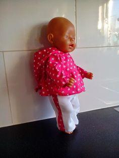 Lief babybornsetje. Bestaande uit een katoenen bloesje met capuchon en een bijpassende legging. Gemaakt door Helma's Poppenkleding