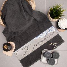 Unsere Handtücher sind eine ganz besondere Geschenkidee zum Jahrestag oder zum Geburtstag.  #geschenkideen #geschenke #geschenkemitnamen #jahrestag Anniversary, Gifts For Birthday, Childrens Gifts, Gift For Boyfriend