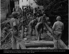 Soldados Brasileiros da Engenharia da FEB recuperam uma ponte danificada pelos alemães para passagem de viaturas.