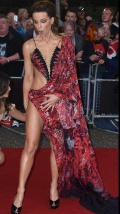 Sexy🔥Kate Beckinsale arriving at the GQ Men of the Year Awards in London, when suddenly a gust of wind catches her dress, Kate Beckinsale Hot, Underworld Kate Beckinsale, Kate Beckinsale Pictures, Great Legs, Beautiful Legs, Most Beautiful Women, Beautiful Celebrities, Beautiful Actresses, Modelos Pin Up