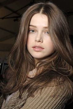 Gray-brown hair color example: Julia Saner Once in a while not be able to visit Grey Brown Hair, Girl With Brown Hair, Light Brown Hair, Brown Hair Colors, Julia Saner, Brunette Color, Girl Face, Pretty Face, New Hair