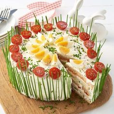 Frischkäse-Lachs-Torte mit Crêpes statt Sandwichtoast Cream cheese salmon pie with crêpes instead of sandwich toast Salmon Pie, Salmon Cakes, Grilled Salmon, Meat Trays, Food Platters, Food Buffet, Party Finger Foods, Snacks Für Party, Brunch Recipes