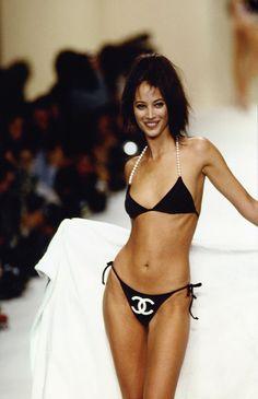 Christy Turlington défilant sur les podiums de la Fashion Week 30