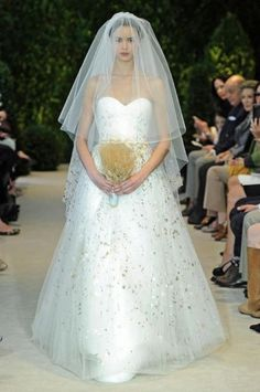 Carolina Herrera wedding dress with ears of corn bouquet #veil #bride #matrimonio #sposa #grano #gold #oro