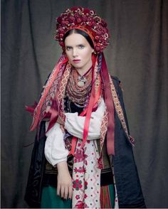 """Wedding array of Poltava. His feature - towel embroidered with """"tree of life"""". Jewelry - coral with silver accents, beads of Venetian glass, Dukach with a bow. Dressed Yanina Sokolova"""