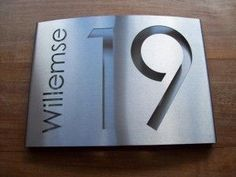 HuisnummerGigant A-02 naambord. Zeer luxe uitstraling... RVS naambord, lasergesneden.