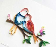 """Wing Fy est une artiste de Singapour plein de talent qui pratique le """"Paper Quilling Art"""", l'art de plier, rouler et assembler des bandes de papier afin de créer des formes. L'univers de Wing est très poétique et coloré, et ses créations sont très réussies Le compte Instagram de Wing"""
