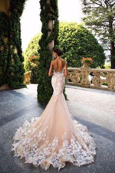 Vestido de noiva em corte sereia e costas abertas