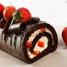 Rollo de Chocolate Relleno de Fresas con Crema