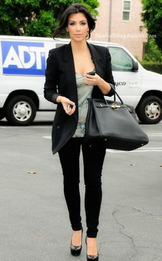 Kim Kardashian, black pumps, black blazer, printed top, black jeans, black bag ☑️