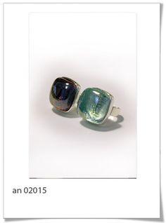 Anillo An02015  Elegante anillo realizado con base cuadrada en tono plata, con piedra de vidrio reciclado, en tono cristal o marrón.