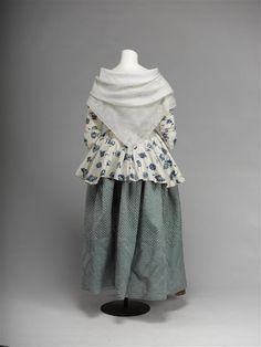 Rok van gematelasseerd blauw zijden satijn, langs bovenzijde doorgestikt in kleine ruiten, langs de rokzoom in bloem- en waaiermotieven