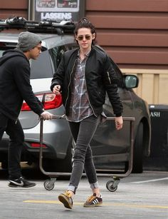 Kristen Stewart Photos Photos - Actress Kristen Stewart and girlfriend Victorias Secret model Stella Maxwell shop at a grocery store in Los Feliz, California on January 4, 2017. - Kristen Stewart & Girlfriend Stella Maxwell Spotted At A Grocery Store In Los Feliz