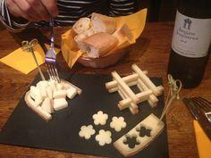 La Vache Dans Les Vignes 46, quai de Jemmapes, 75010 Paris du mardi au dimanche, de 10h à 13h30 et de 16h à 22h.  Deux potes, deux passions, un rêve : monter une cave à vin dans une cave à fromage. Ou le contraire. Bref, au 46 quai de Jemmapes, un petit rêve prénommé La vache dans les vignes.