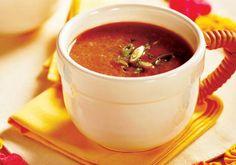 """Cebolinha, cebola e azeite deixam o <a href=""""http://mdemulher.abril.com.br/culinaria/receitas/receita-de-caldinho-feijao-incrementado-553544.shtml"""" target=""""_blank"""">caldinho de feijão</a> mais incrementado. É fácil, fácil de fazer!"""