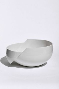 Minimal White clay design ceramic bowl AANDERSSON's ceramic collection pottery interior deco Pottery Bowls, Ceramic Bowls, Ceramic Pottery, Ceramic Art, Assiette Design, Ceramic Furniture, Clay Bowl, Ceramic Design, Clay Design