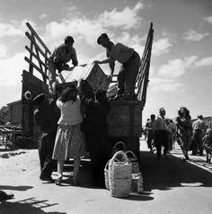 ROBERT CAPA | La carga de equipaje de inmigrantes reciín llegados en barco desde Europa, en el centro de recepción cerca de Haifa, Israel. 1950. © Robert Capa © Centro Internacional de Fotografía / Fotos de Magnum
