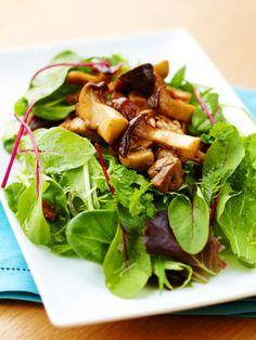 繊維が豊富で低カロリーなヘルシー食材のきのこをたっぷりいただけるサラダ。|『ELLE a table』はおしゃれで簡単なレシピが満載!