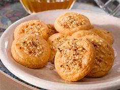 Tarjoile juustokeksejä kahvin tai teen kanssa. Joulunaikaan ne sopivat myös tarjottaviksi glögin kera.