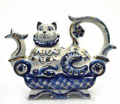 """Чайник """"Кот на диване"""" в золоте Гжель Артикул: 800121458 Емкость: 0,5 литра Материал: фарфор, позолота. Размеры: высота 15,5 см. длина 21,7 см. ширина 8,5 см. 2650 руб."""