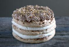 De hazelnootschuimtaart is een klassieker bij uitstek. Bijna elke (banket)bakker heeft de taart wel in zijn assortiment, en ook elke hazelnootschuimtaart is weer anders. Meestal worden ze gevuld met een…