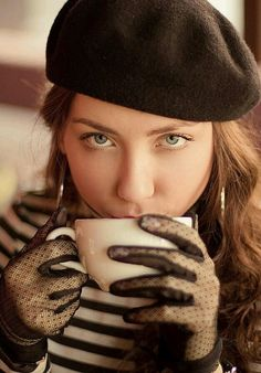 Beautiful colorful pictures and Gifs: Coffee Time - Tomando café Fotos Coffee Girl, I Love Coffee, Coffee Break, Men Coffee, Coffee Cafe, Coffee Drinks, Coffee Shop, Drinking Coffee, Parisian Cafe