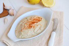 L'hummus è una crema di ceci e pasta di semi di sesamo (tahina) aromatizzata con limone e cumino. L'hummus è un tipico piatto Medio Orientale, ed in