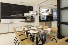 Una vivienda de lujo con acento British - Decorabien.com #comedor #mesa de #cristal #mansión #casa #hogar