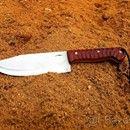 Ručně vyrobený, velký nůž z jednoho kusu oceli: Nabízím ručně vyrobený nůž z nejkvalitnějších materiálů, včetně kydex pouzdra. Je to ruční výroba, žádná sériovka! Nůž je vyroben z jednoho kusu oceli. Viz. foto. Popis nože číslo 7. Ocel čepele: N690 je korozivzdorná ocel vyrobená rakouskou firmou Bohler Materiál střenky: dřevo Padouk, nýty: mosaz Tvrdost: 60-61HRC Celková délka nože: 280mm Délka čepele: 150mm Šířka čepele: 50mm Tloušťka čepele: 4mm Kydex pouzdro: černé barvy (Kydex je velmi…