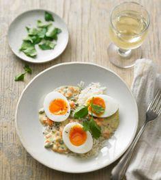 Eier Königsberger Art///Wer hätte es gedacht: Wachsweiche Eier schmecken auf Königsberger Art ebenso lecker wie die allseits bekannten Fleischklopse! Zu den Eiern mit Kapern gesellt sich knackiges Möhrenragout mit der klassischen weißen Sauce.
