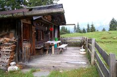 Diese privat geführte Almhütte liegt in den sanften Hügeln einer Hochalm. Direkt am Hütteneingang besitzt sie eine kleine Sonnenterrasse mit Holzbank und mit Blick auf die steil aufragenden Berge ...